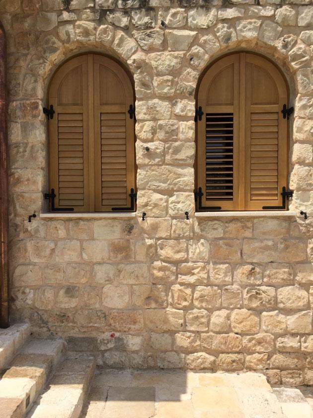 עמנואל חלונות ודלתות בית נופש בראש פינה