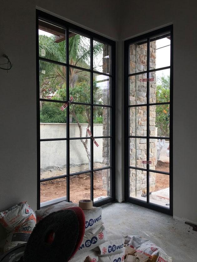 עמנואל חלונות ודלתות בית מצופה אבן בנס ציונה