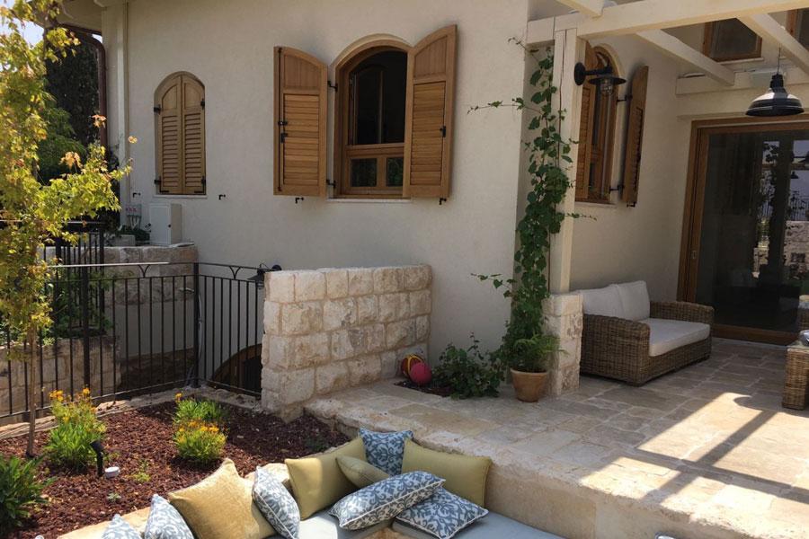 תריסים מעץ מלא - עמנואל חלונות ודלתות